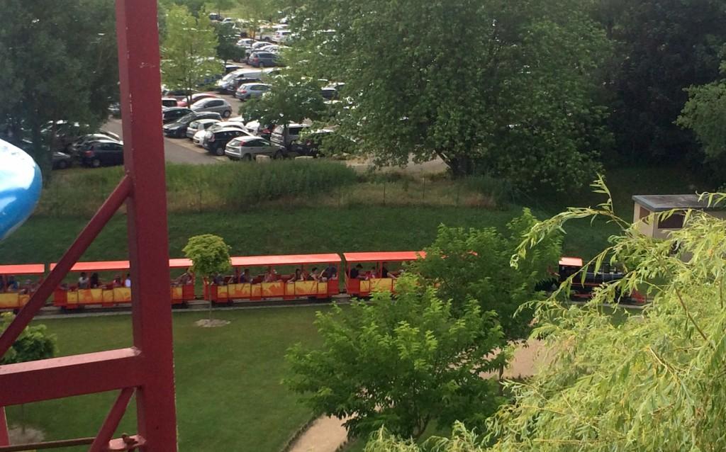 Le petit train qui fait le tour du parc vu de haut