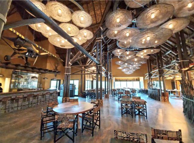 Restaurant de l'hôtel Le Pal Savana Reserve, avec des luminaires réalisés comme la plupart de la décoration, par des artisans :