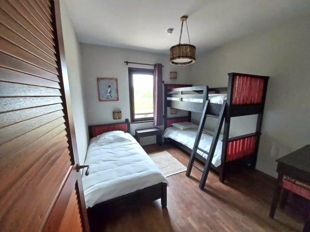 Une chambre enfants du nouvel hôtel du parc d'attractions et zoo du Pal, avec vue sur la savane africaine recréée spécialement