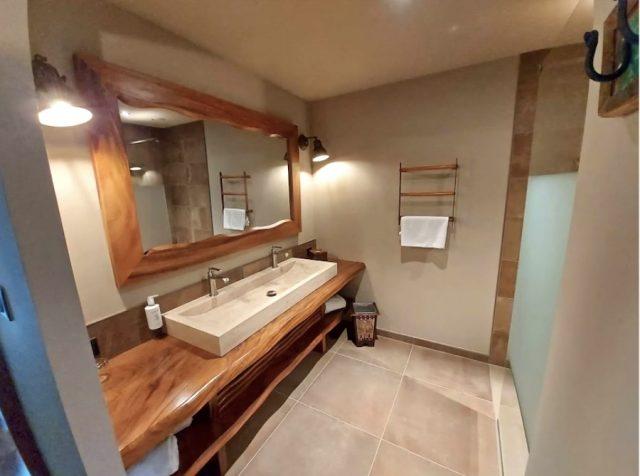 La salle de bain d'une des chambres du nouvel hôtel du Pal, inauguré en 2021, en complément des Lodges