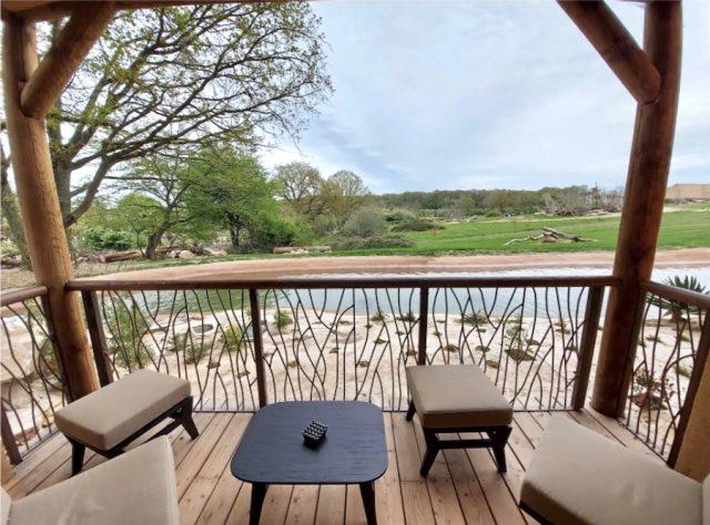Vue du balcon d'une des suites de l'hôtel Le Pal Savana Reserve dans l'Allier