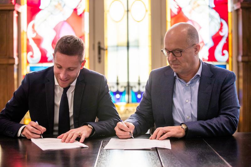 Signature contrat Raveleijn efteling puy du fou