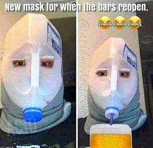 Les masques pour quand les bars auront rouvert fait avec bouteille de lait coupée