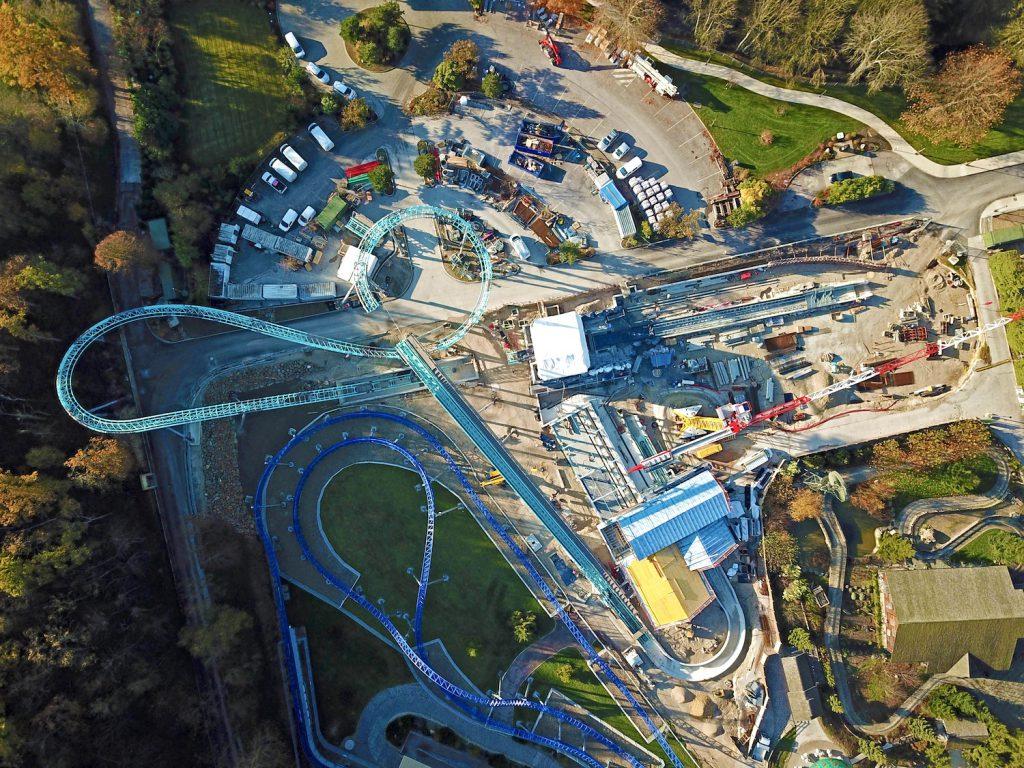 Vue de drone du parcours, des rails et de la gare de Krampus Expedition à Nigloland nouveauté 2021